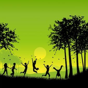 蝶を追う外で遊んでいる子供たちのシルエット