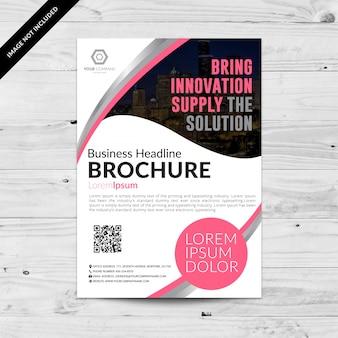 Белая бизнес-брошюра с розовыми деталями