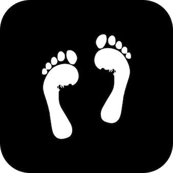 Füße eines Menschen auf schwarzem quadratischen Hintergrund