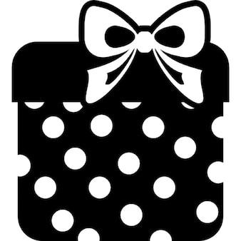 Geschenkbox quadratisch geformten und mit Band punktiert
