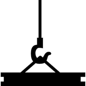 Kran transportiert Baumaterial für ein Gebäude