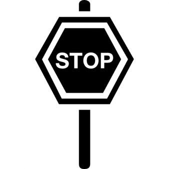 Städtische Straßenverkehrssignal von Stop in Sechskant auf einer Stange
