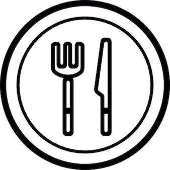 Piastra, coltello e forchetta