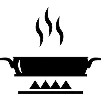 Verwarmen van voedsel in een platte pan op vuur