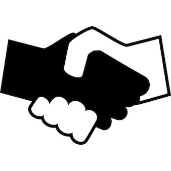 Zwarte en witte handen schudden