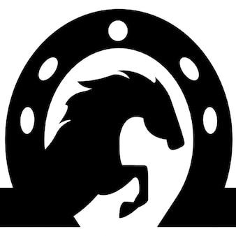 Cabeça de cavalo dentro de uma ferradura