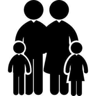 Família de quatro com dois menores e dois adultos