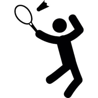 Homem jogando badminton