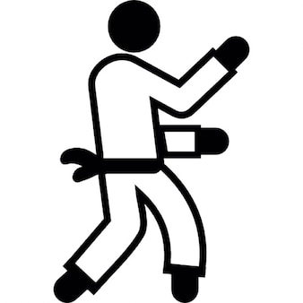 Homem praticando karate