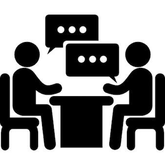 Homens casal sentado em uma mesa falando de negócios