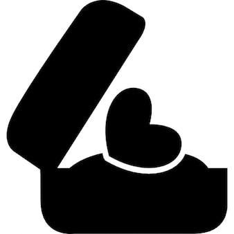 Presente romântico de um anel de coração em uma caixa