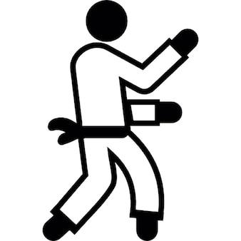 Homme à pratiquer le karaté
