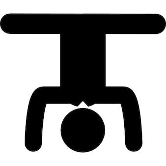 Homme sur la posture de yoga pour la circulation sanguine inverti