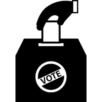 Homme tenant le papier de vote dans la boîte