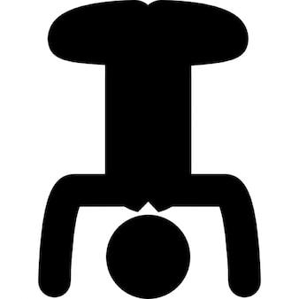 Inversé posture de yoga d'un homme avec les jambes fléchies