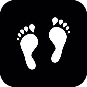 Marques blanches de pied sur fond noir