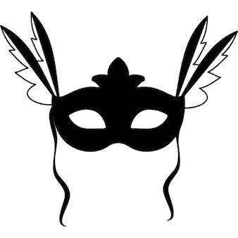 Masque de carnaval avec des plumes sur les deux côtés