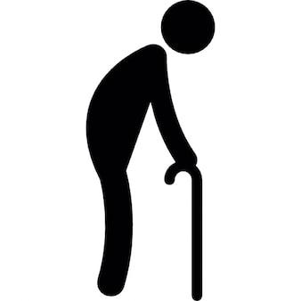 Vieil homme marchant avec une béquille