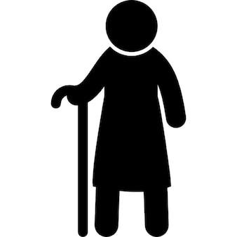 Anciano de pie con un bastón