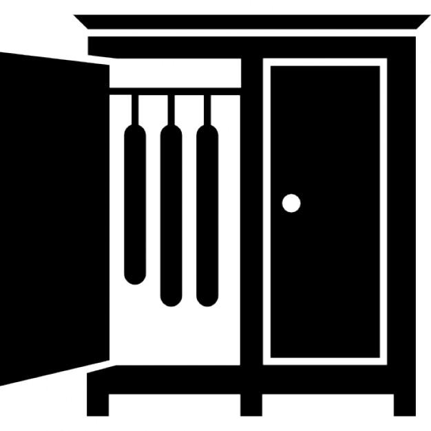 armario de la habitacin con la puerta abierta de un lado para colgar la ropa