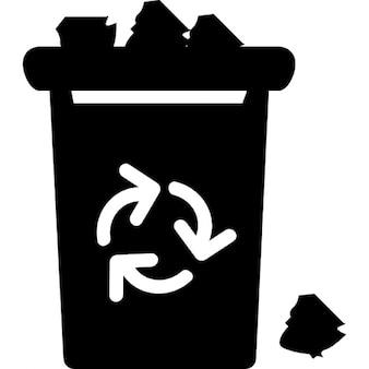 Basura con el signo de reciclaje rebosante de basura