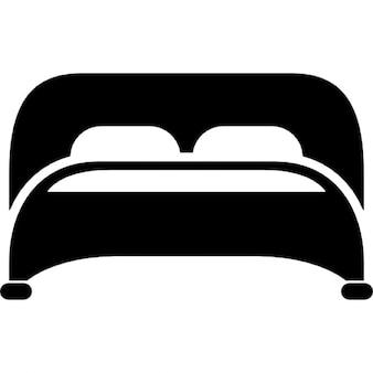 Cama con dos almohadas vista desde abajo