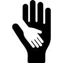 Chil mano en la mano de un adulto
