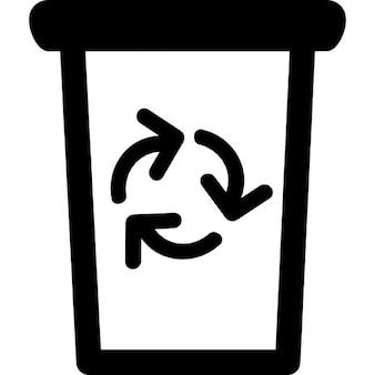 Cubo de la basura con el símbolo de reciclaje