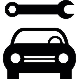 Delantera del coche y una llave inglesa, la mecánica