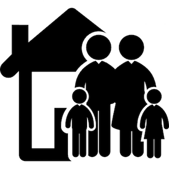 Familia de cuatro personas en el frente de su casa