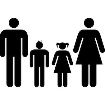Grupo familiar de cuatro pareja heterosexual de padre y madre con su hijo e hija en medio de ellos