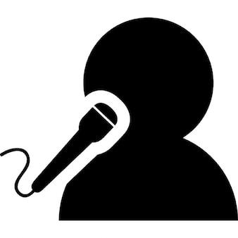 Hombre cantando con un micrófono