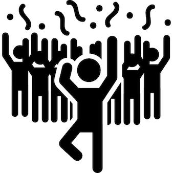 Hombre en una fiesta bailando con la gente