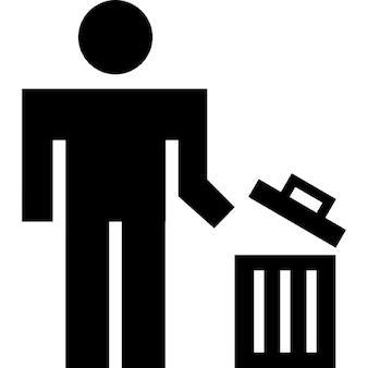 Hombre usando un bote de basura