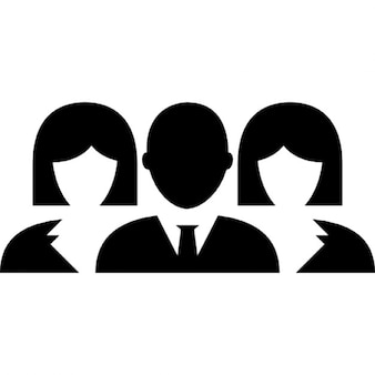 Hombre y dos mujeres del grupo de cerca