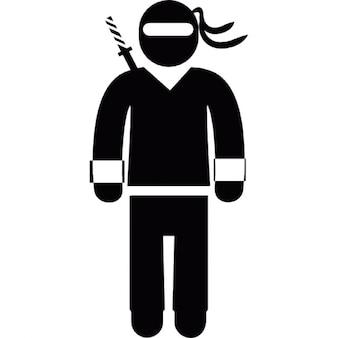 Persona de pie en la ropa de karate