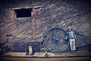 roue pauvre enfant humble