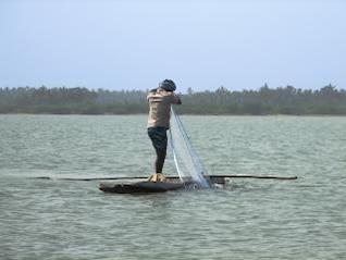 pêcheur dans un bateau journal, remous