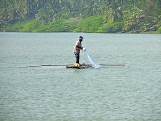 pêcheur dans un bateau journal