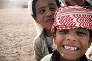 garçons bédouin en Egypte