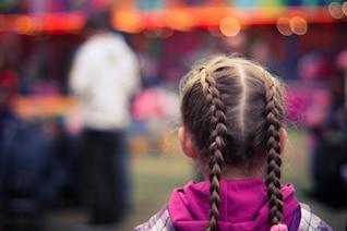 Petite fille dans un parc d'attractions photo gratuite
