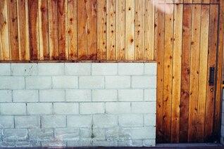 Bloc de béton et porte de garage en bois