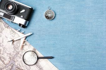 Accessoires de voyage sur fond bleu tricoté, concept de voyage. Vue de dessus