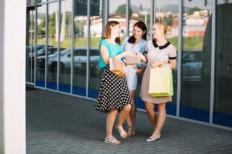 Acheteuses avec portefeuille et achats