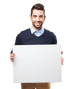 Adolescent heureux avec une affiche vide