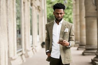 Affaires de téléphonie afro-américaine heureuse