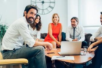 Affaires Joyful avec ses collègues