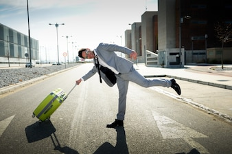 affaires Joyful jouant avec sa valise