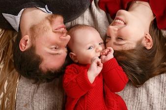 Affection jeune bébé bébé violet