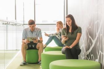 Amis assis et en train de lire